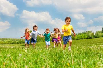 Jak pomóc dziecku w nawiązywaniu kontaktów z rówieśnikami, czyli nauka przebywania w grupie
