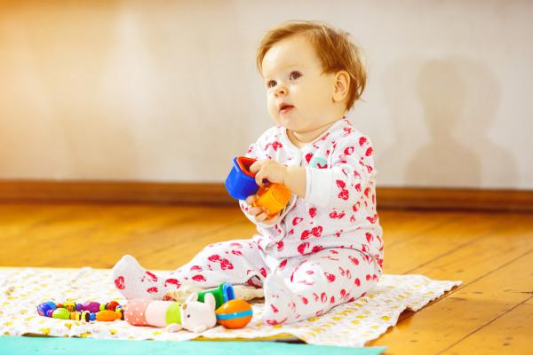 Zabawa plastikowymi klockami dla dzieci a rozwój roczniaka