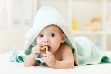 Etapy rozwoju niemowlaka – jak kształtuje się życie dziecka w pierwszym roku?