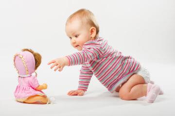 Lalka dla niemowlaka – czy warto sprawić ją tak małemu dziecku?