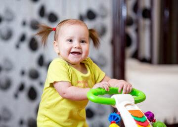 Pchacz vs. chodzik dziecięcy – czy chodziki dla dzieci są zdrowe?