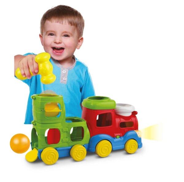 dziecko z pociągiem zabawką