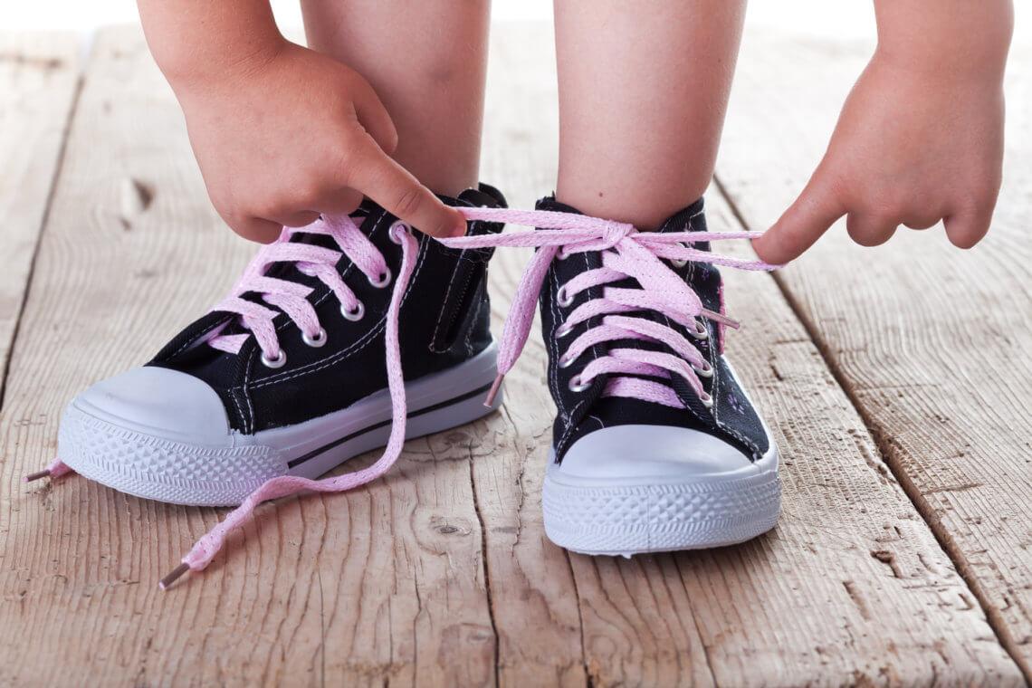 Jak nauczyć dziecko wiązać buty w łatwy i przyjemny sposób?