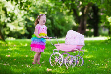 Wózki dla lalek jak prawdziwe, z wikliny czy drewniane? Jakie wybrać?