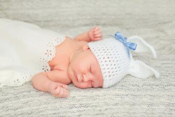 Jak układać noworodka do snu? O prawidłowej pozycji dziecka podczas snu