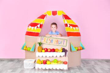Zabawa w sklep dla dzieci – jak można ją urozmaicić? Czego uczy?