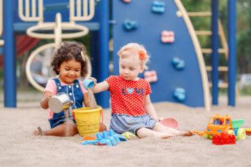 10 sposobów na to, jak nauczyć dziecko dzielenia się zabawkami