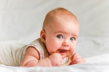Jaki gryzak dla dziecka wybrać? Czy pomoże podczas ząbkowania niemowlaka?