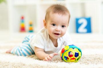 Zabawki do nauki raczkowania – jakie wybrać?