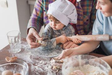 Zabawa w gotowanie. Czego uczy zestaw dla małego kucharza?
