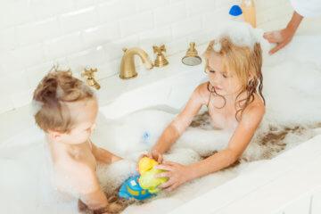 Jakie zabawki do wody dla dzieci wybrać?